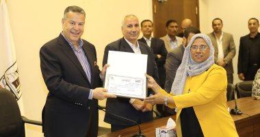 محافظ بنى سويف يكرم أول سيدة تقود الأوركسترا فى مصر
