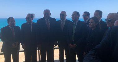 مدبولى يلتقط صورة تذكارية مع أعضاء حكومته من برج سكني بمدينة العلمين الجديدة