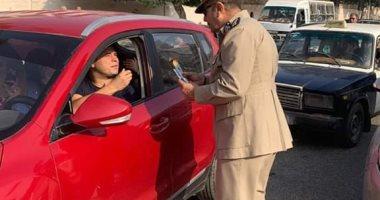 صور.. مدير مرور الغربية يوزع الورود على المواطنين احتفالا بعيد الأضحى