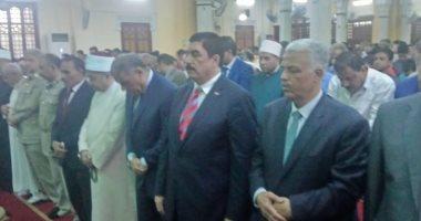 صور.. محافظ القليوبية ومدير الأمن يؤديان صلاة عيد الأضحى بمسجد ناصر ببنها