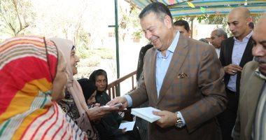 محافظ بنى سويف يقدم الهدايا للأطفال الأيتام ويزور المسنين فى عيد الأضحى