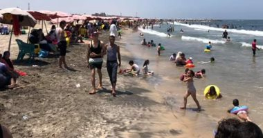 صور.. مصيف بلطيم كامل العدد.. و120 منقذ لمنع حالات الغرق ثانى أيام العيد