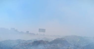 صور.. أدخنة حرائق تجمعات القمامة تغطى سماء قرية السيالة بدمياط