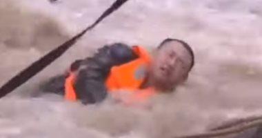 شاهد.. نجاة رجل إنقاذ صينى من الغرق بعد انقلاب قاربه بسبب الفيضانات