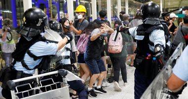 صور.. اشتباك بين المحتجين والشرطة فى مطار هونج كونج