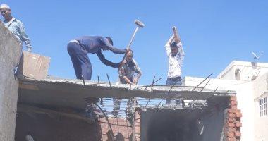 صور.. التحفظ على مواد بناء بحملة للإزالة شرق الإسكندرية