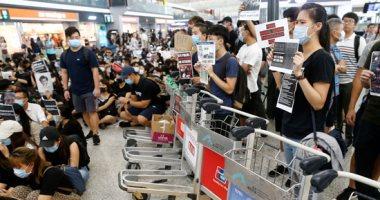مطار هونج كونج يستأنف الرحلات الجوية بعد اشتباكات واحتجاجات حاشدة