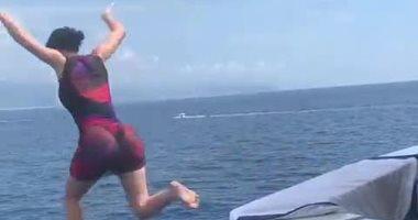 فيديو وصور.. كيلي جينر تقفز من أعلى يخت يقال إن ارتفاعه 71 قدما