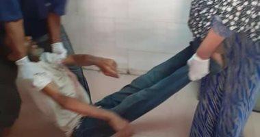 صور.. عمال يلقون مريضا خارج مستشفى كفر الزيات.. والمستشفى يرد: عنده إيدز