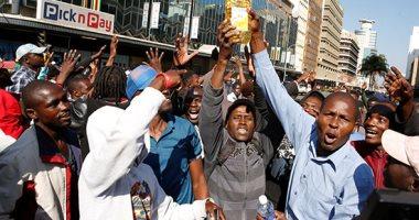 صور وفيديو.. الشرطة تطلق الغاز المسيل للدموع على متظاهرين ضد حكومة زيمبابوى