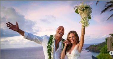 """""""ذا روك"""" يعلن زواجه من صديقته فى هاواى بعد صداقة 12 عاما وإنجاب طفلتين"""