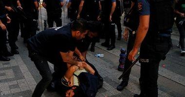 الشرطة التركية تعتقل متظاهرون يحتجون على الإطاحة بثلاثة رؤساء بلديات أكراد