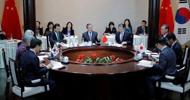صور.. اجتماع بين وزراء خارجية الصين واليابان وكوريا الجنوبية