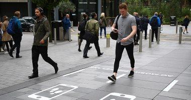 مدينة مانشيستر البريطانية تنشئ ممرات للمشى البطىء لمدمنى الهواتف