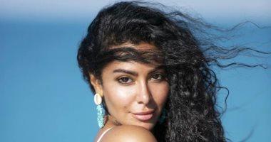 صور.. ميرهان حسين تستمتع بأجواء الصيف على البحر