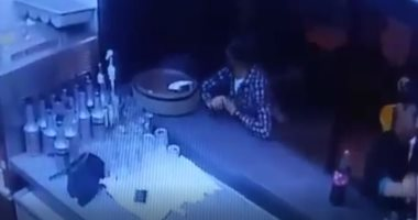 فيديو .. لحظة سرقة شاب لهاتف عامل داخل إحدى مطاعم التجمع الخامس