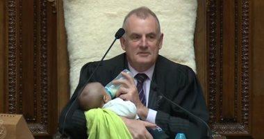 فيديو وصور.. رئيس البرلمان النيوزيلندى يرضع طفلا خلال الجلسة العامة