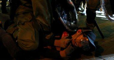 شرطة هونج كونج تعتقل عشرات المحتجين بعد اشتباكات عنيفة