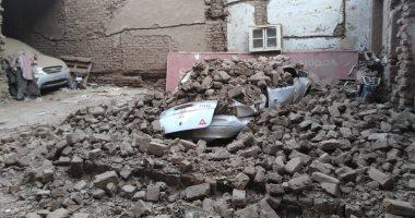 صور.. انهيار جدار أحد العقارات بوسط مدينة الأقصر دون مصابين ورفع المخلفات
