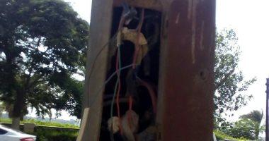 صور.. أسلاك كهربائية مكشوفة بعمود إنارة على كورنيش المعادى