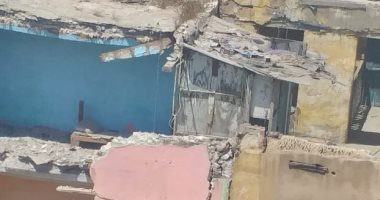 صور.. قارئ يشارك بصور لانهيار عقار على مدرسة بشارع السكة الجديدة بالعجمى