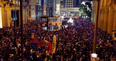 محتجو هونج كونج يتظاهرون فى أنحاء المدينة والشرطة تدعو لحظر التجول