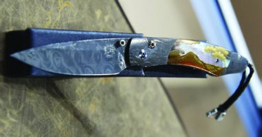 سكين  للبيع فى الإمارات تسجل 13610 دولارات فى معرض أبو ظبى للصيد -