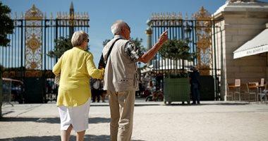 كبار السن يستمتعون بالطقس المشمس بحديقة التويلرى فى باريس
