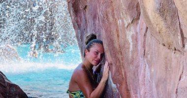 صور.. نيكول سابا تستمتع بأجواء الصيف بالمايوه وقبلة لزوجها