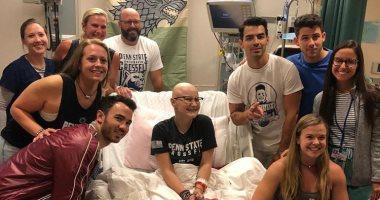 فيديو.. فريق Jonas Brothers يزور معجبة مريضة بالسرطان وتخضع للعلاج الكيماوى