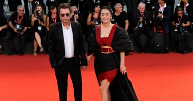 النجمة الصينية جونج لى وزوجها الموسيقار جان ميشال يخطفان الأنظار بمهرجان فينسيا