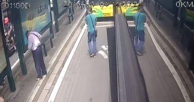 شاهد.. سائقو الحافلات يسارعون فى القبض على لص سرق مسنا فى الصين