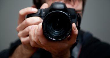 مبدع وبيهتم بالتفاصيل.. صفات شخصية عن المصور المحترف