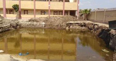 قارئ يشكو من وجود مياه صرف صحى وحيوانات ترعى بفناء مدرسة كوم الشيخ بالمنوفية