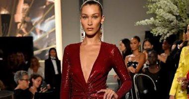 بيلا حديد تخطف الأنظار بفستان أحمر مزين بالكريستال فى عرض أزياء رالف لورين