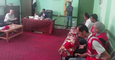 صور.. توزيع مساعدات من الهلال الأحمر على مدارس الشيخ زويد بسيناء