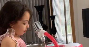 """محمد صلاح يستعرض موهبة """"مكة"""" فى الموسيقى.. فيديو"""