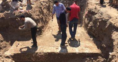 العثور على سور معبد رومانى بقرية كوم شقاو بسوهاج أثناء العمل بمشروع صرف