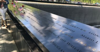 هكذا تخلد أمريكا ذكرى ضحايا أحداث 11 سبتمبر.. حفر أسماء حوالى 3 آلاف ضحية على جدران نافورتين كبيرتين باللون الأسود.. أفواج طلاب المدارس تزور برجى التجارة لتثقيفهم.. والمواطنون يضعون العلم الأمريكى والورود