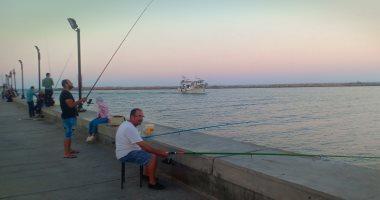 """صور.. صيد العصارى بمنطقة اللسان برأس البر """"متعة وغية ورزق حلال"""""""