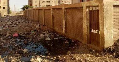 قارئ يشكو انتشار القمامة بسور مجمع مدارس أبوبكر الصديق بالصف