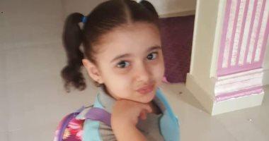 """باليونيفورم واللانش بوكس.. """"حسام"""" يشارك بصورة ابنته فى أول يوم دراسة"""