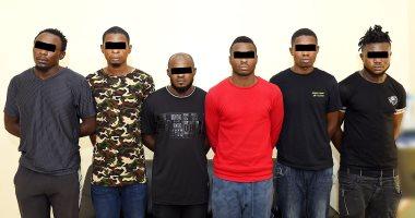 شرطة الشارقة تلقى القبض على عصابة تخصصت فى السرقة بالإكراه