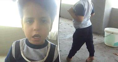 معاناة طفل بالشرقية.. وُلد بتشوه بالقدمين ويحتاج 15 ألف جنيه لعلاجه.. صور