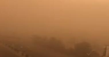 شاهد.. عاصفة رملية شديدة تضرب محافظة عدن اليمنية
