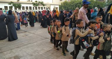 توافد تلاميذ رياض الأطفال والصفوف الأولى على المدارس فى أول يوم دراسة