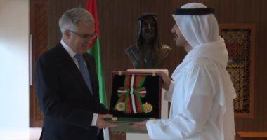 فيديو.. الرئيس الإماراتى يمنح سفير إيطاليا وسام الاستقلال من الطبقة الأولى