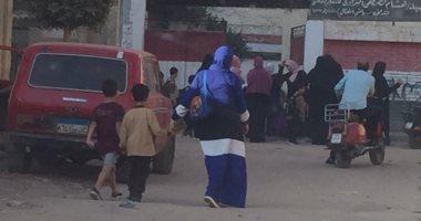 صور .. أولياء الأمور بالغربية يصطحبون أطفالهم للمدارس