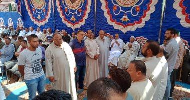 صور.. أسرة الراحل أبوبكر عبدالمنعم تتلقى عزاءه بمسقط رأسه بكفر شكر عقب الجنازة