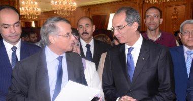وزيرا التعليم العالى والاتصالات يتفقدان معرض جامعة مصر على هامش المؤتمر الأول للذكاء الإصطناعى